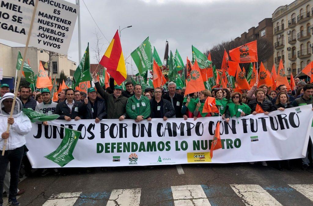 Más de 7.000 agricultores y ganaderos se manifiestan en Extremadura por unos precios justos para el campo